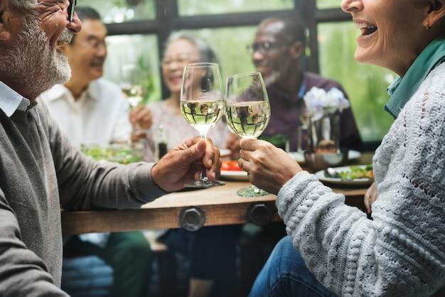 高齢者の退職のグループは、幸福のコンセプトを満たす