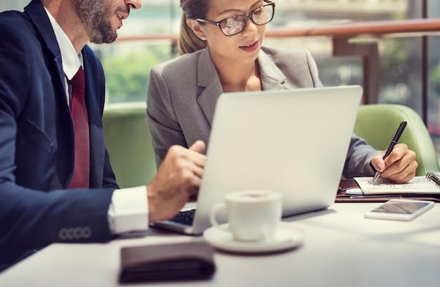 ビジネスの人々の議論ラップトップ技術の合体概念
