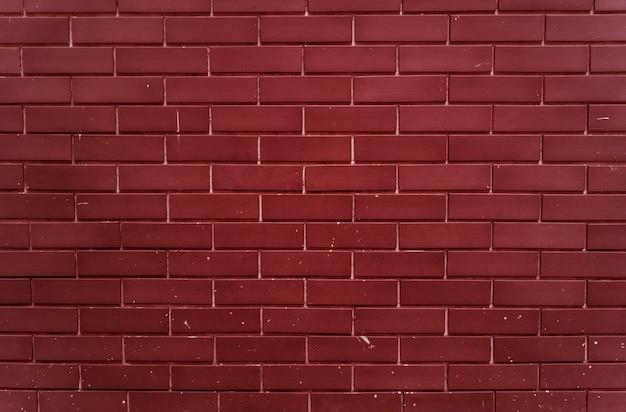平地の明るい赤レンガの壁