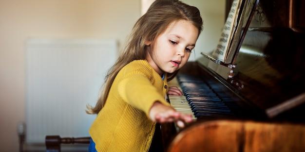 愛らしいかわいい女の子、ピアノのコンセプト