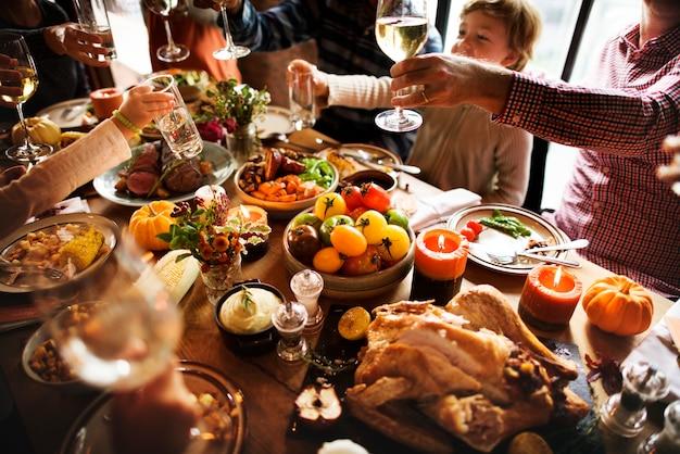 感謝祭の休日のコンセプトを祝う人々の応援