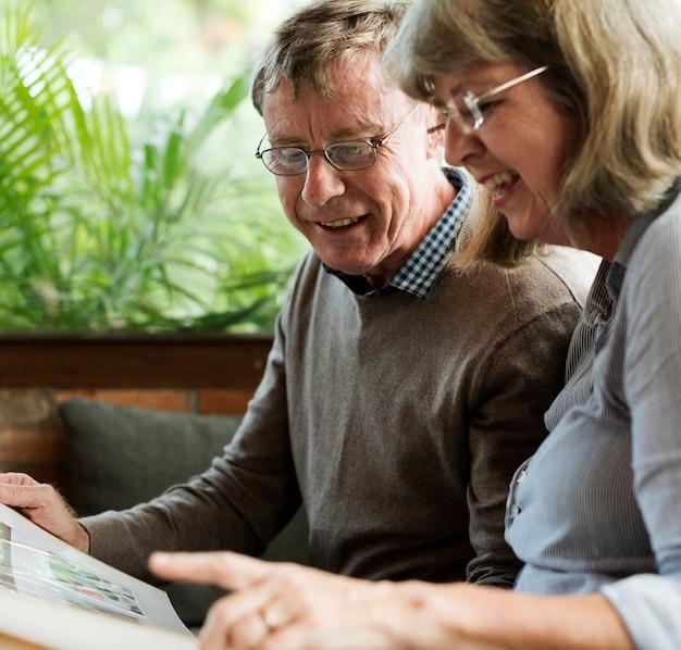 一緒に本を読む古い白人のカップル