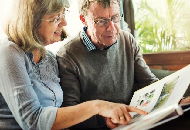 写真を一緒に見ている老夫婦