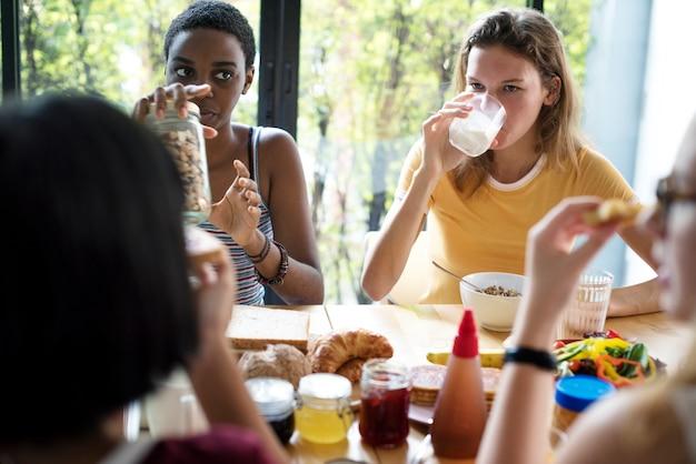 一緒に朝食をとる多様な女性のグループ