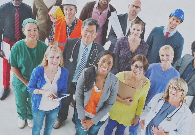 多様な職業の人々のグループ