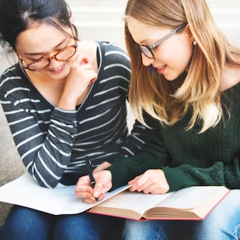 若い女性が勉強している