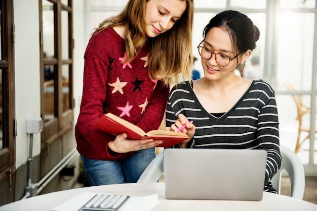 若い女性はコンピュータのラップトップを使用している