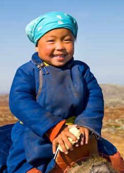モンゴル北部の美しい笑顔(トナカイ人)を持つ若いツァタン女の子。