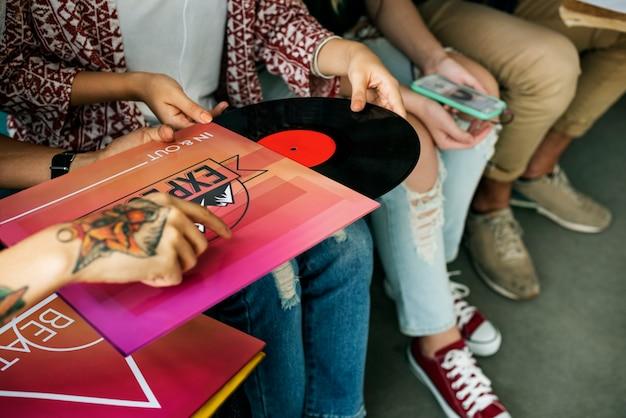 Группа разнообразных людей наслаждается музыкой