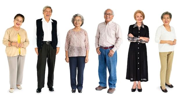 多様な高齢者の人々のセットスタジオ隔離された