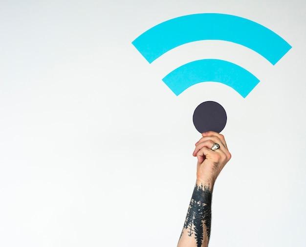 大人の男がインターネット信号の紙の手掛かりを保持