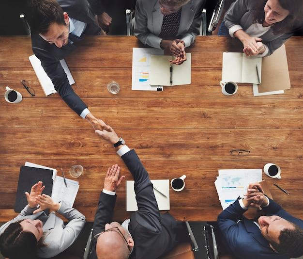 多様なビジネスの人々のグループが会議を持っている
