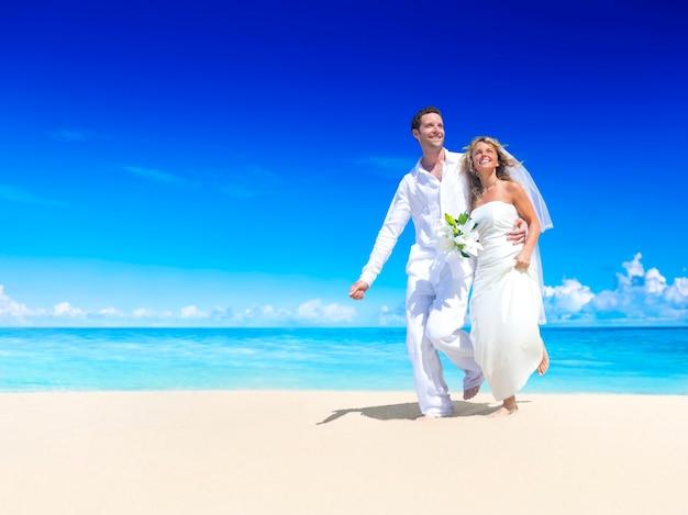 サモアのビーチで結婚するカップル