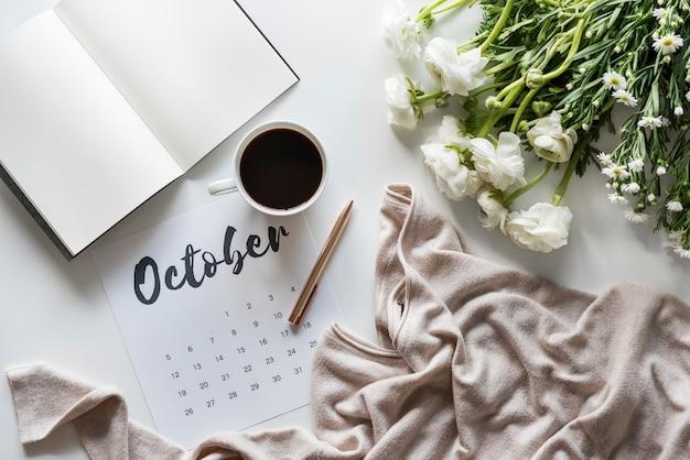 Аэрофотоснимок календаря с чашкой кофе