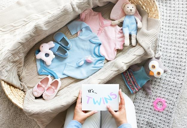 少年と少女の赤ちゃん双子のベビーシャワーの概念