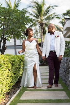 島で結婚するアフリカ系アメリカ人のカップル