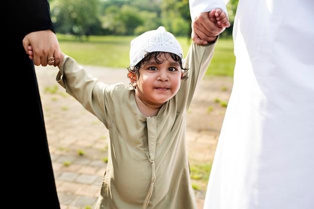 公園にいる陽気なイスラム教徒の男の子