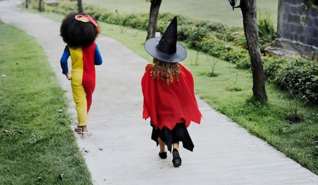 ハロウィーンの衣装の若い女の子