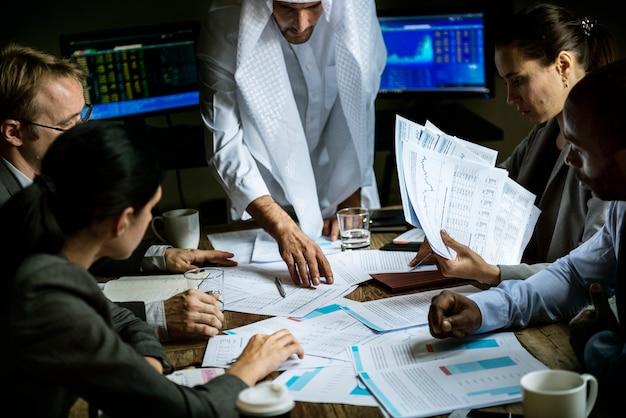 会議室で一緒に働くビジネスマンのグループ