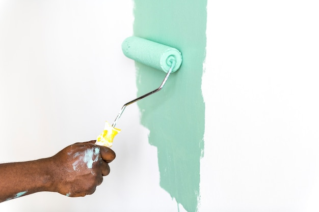 人々は家の壁を塗る