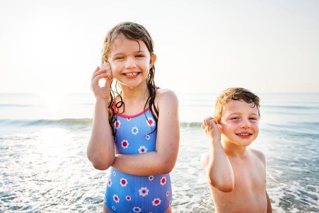 ビーチを楽しむ兄弟姉妹