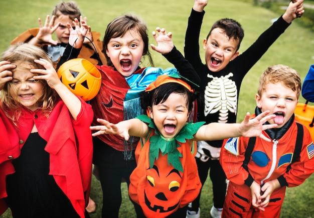 Маленькие дети на вечеринке на хэллоуине