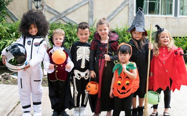 Разнообразные дети в костюмах хэллоуина