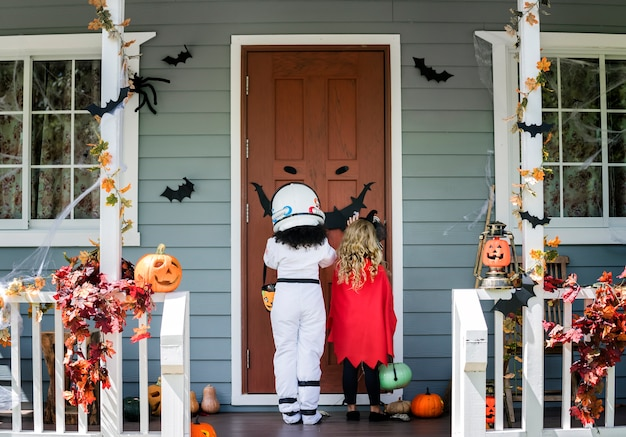 小さな子供たちがハロウィンでトリックやトリートメント