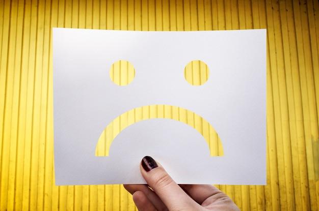 悲しい落ち込んだ穴あき紙