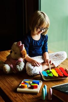 かわいい女の子、木製のおもちゃ