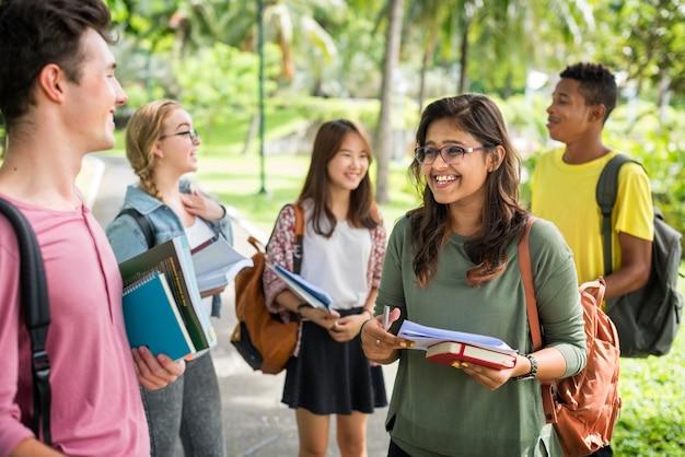 多様な若者の学生がアウトドアコンセプトを予約