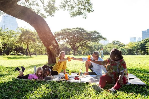 家族のピクニックアウトドア一緒のリラクゼーションコンセプト