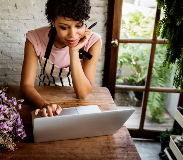 ラップトップオンライン花屋を使用して女性