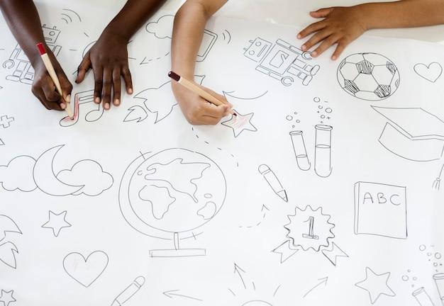 教育シンボルを描く子供たち