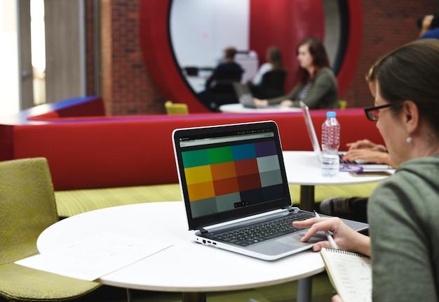 コンピュータのラップトップを使用する人々