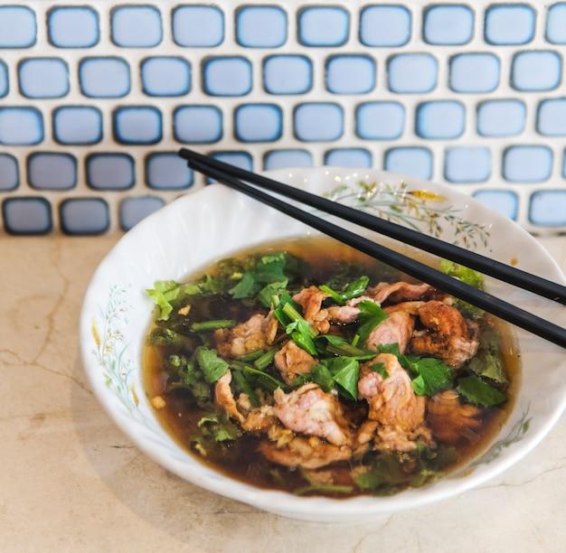 アジア料理のおいしいメニュー風味を食べる