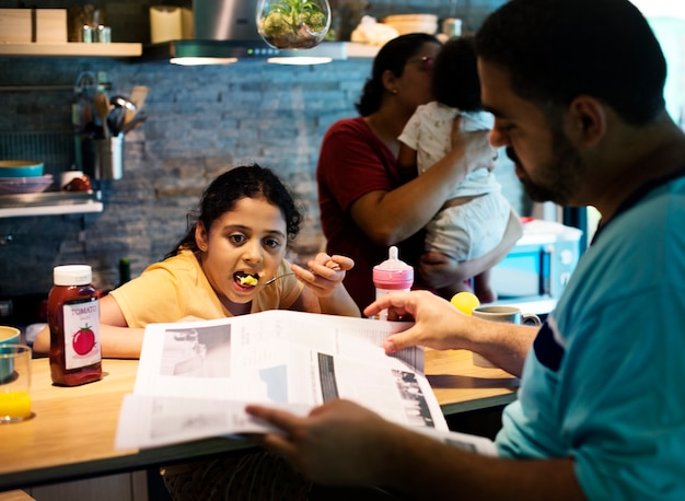 食卓のブラジル人家族