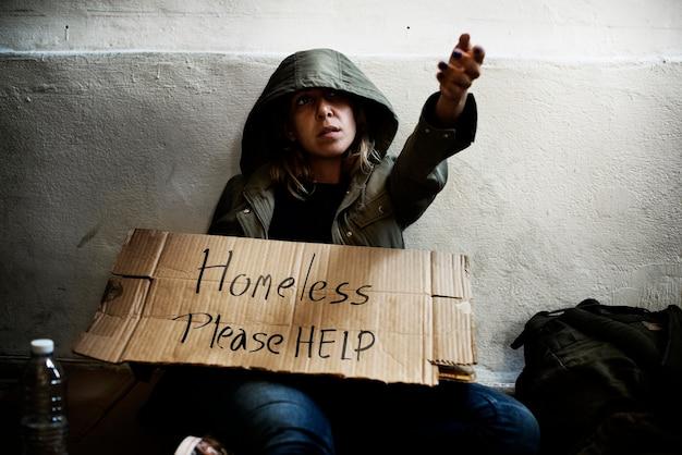 Бездомная женщина просит о помощи