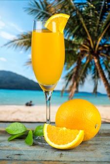 新鮮な有機オレンジジュースを絞った
