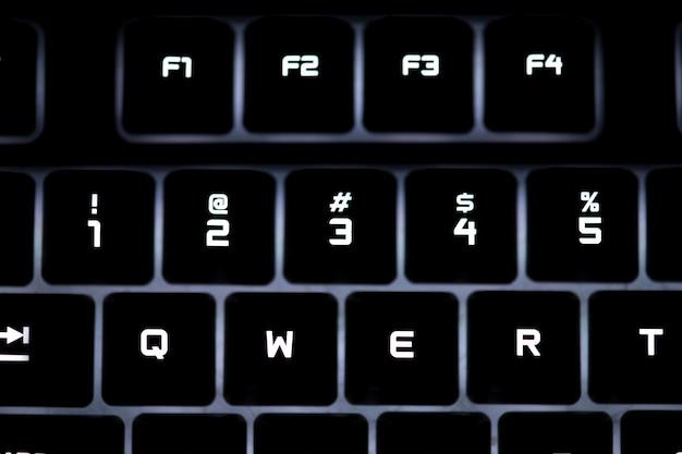 黒のコンピュータキーボードの拡大写真