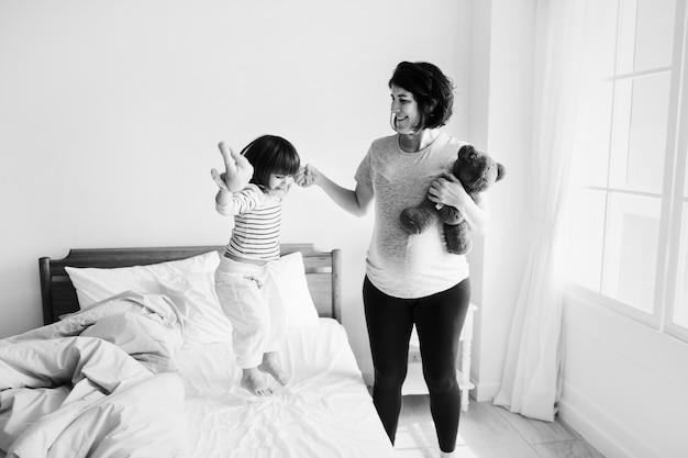 彼女の娘と一緒に過ごす妊娠中のお母さん