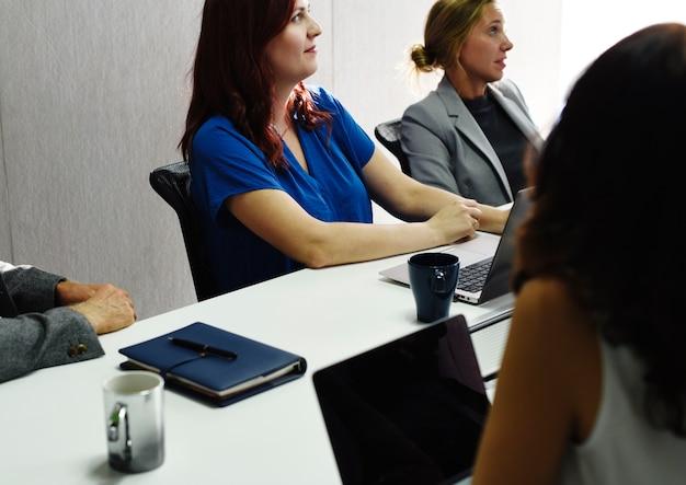 会議を持つ多様な人のグループ