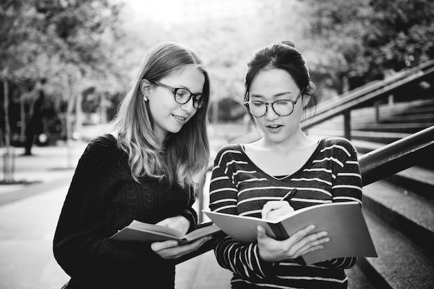 ブレインストーミングコンセプトを勉強している友情を話す女性