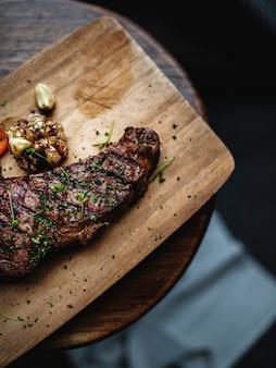 素朴なスタイルでステーキをスタイリングする食品のクローズアップ