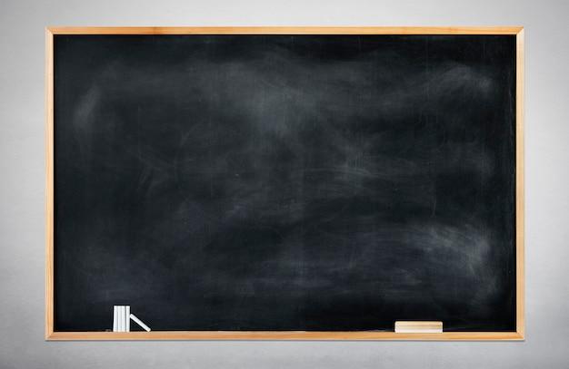 灰色の背景に空の黒い黒板