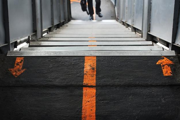 鉄道駅の歩道