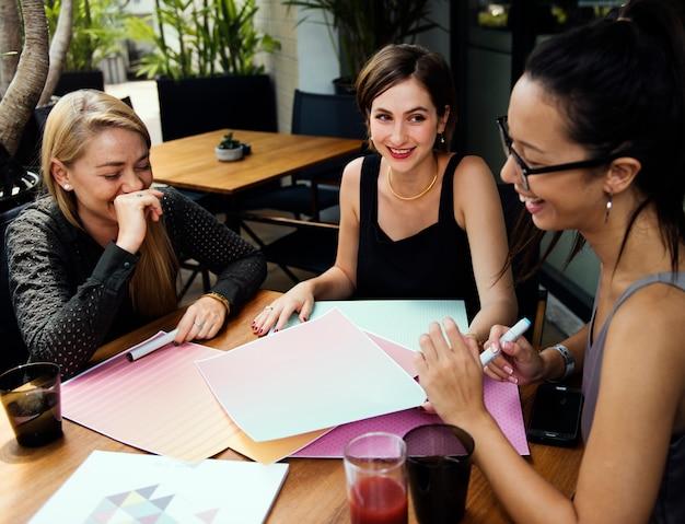 会議の人々のスタートアップの友人を集める同僚