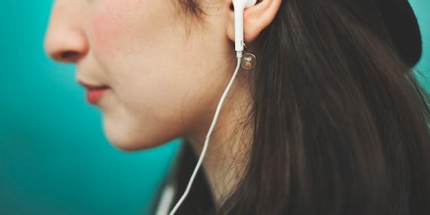 美しい女性聞く音楽トレンディなコンセプト