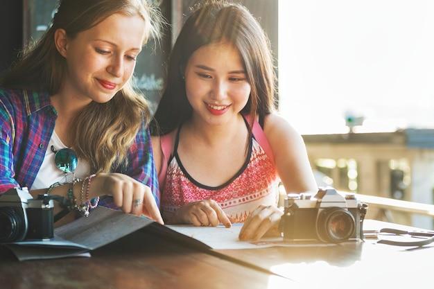 女の子の友情のハングアウト旅行の休日の写真のコンセプト