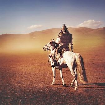 孤独な男は遠くから兵士の群衆を見つめている。